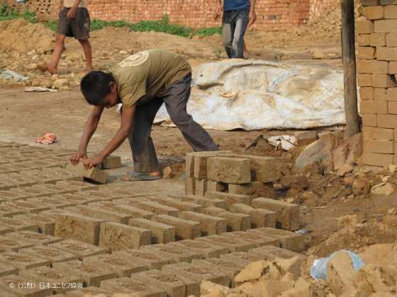 ネパール日干しれんが工場